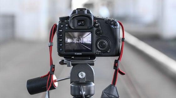Zdjęcie aparatu na wysokim statywie