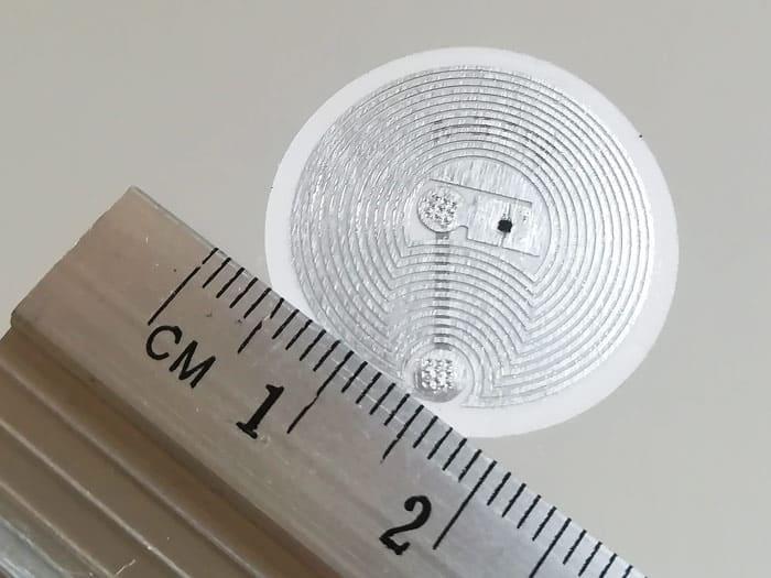 Czip NFC zlinijką